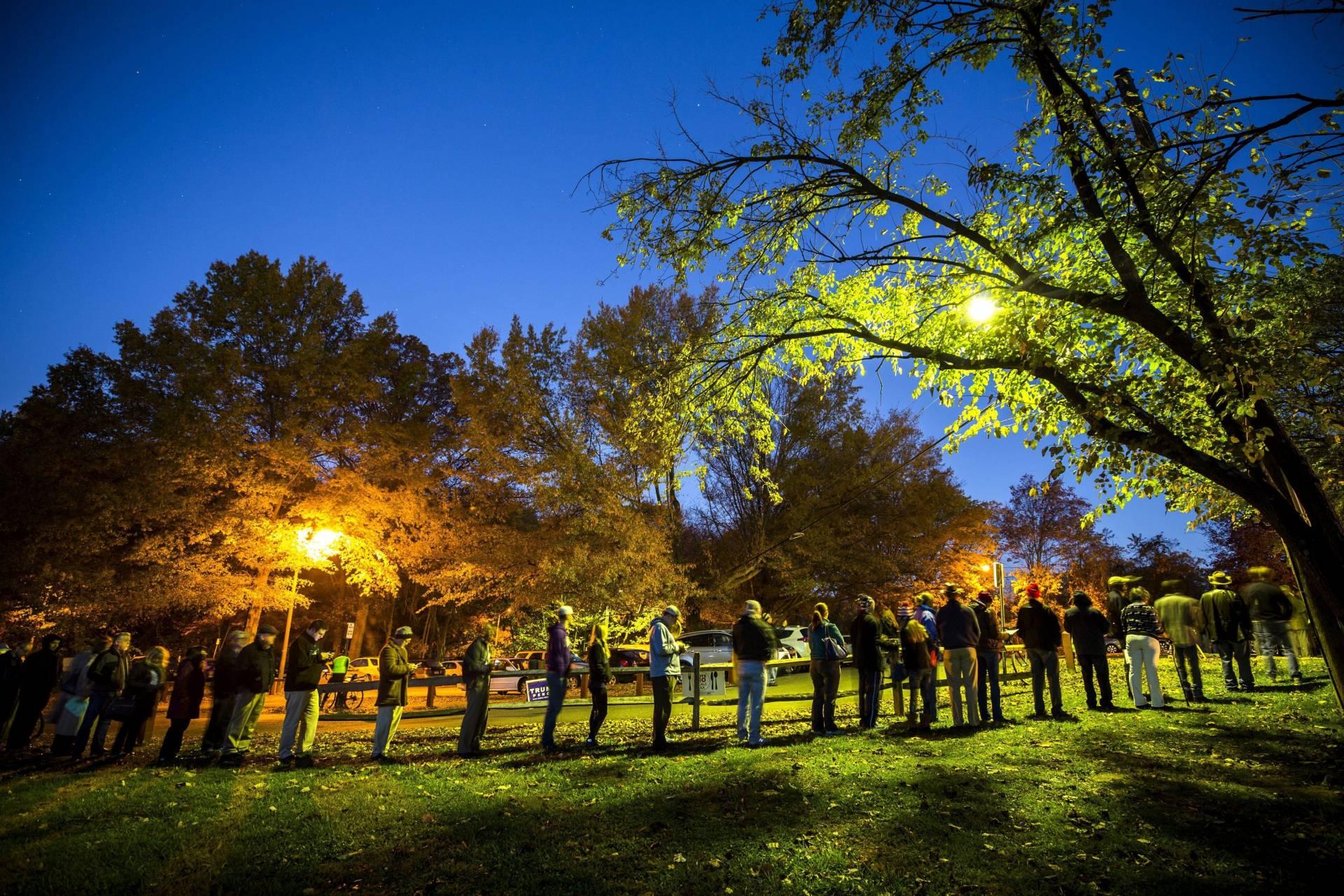 """Unos ciudadanos estadounidenses esperan para votar en un colegio electoral ubicado en un edificio histórico denominado """"Hunter House"""". EFE"""