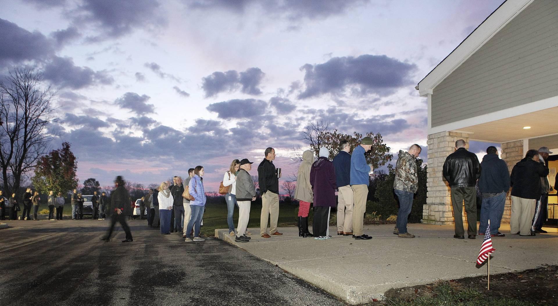 Ciudadanos estadounidenses esperan para votar en un colegio electoral durante la jornada de elecciones presidenciales en Deerfiled Township (Ohio). Efe