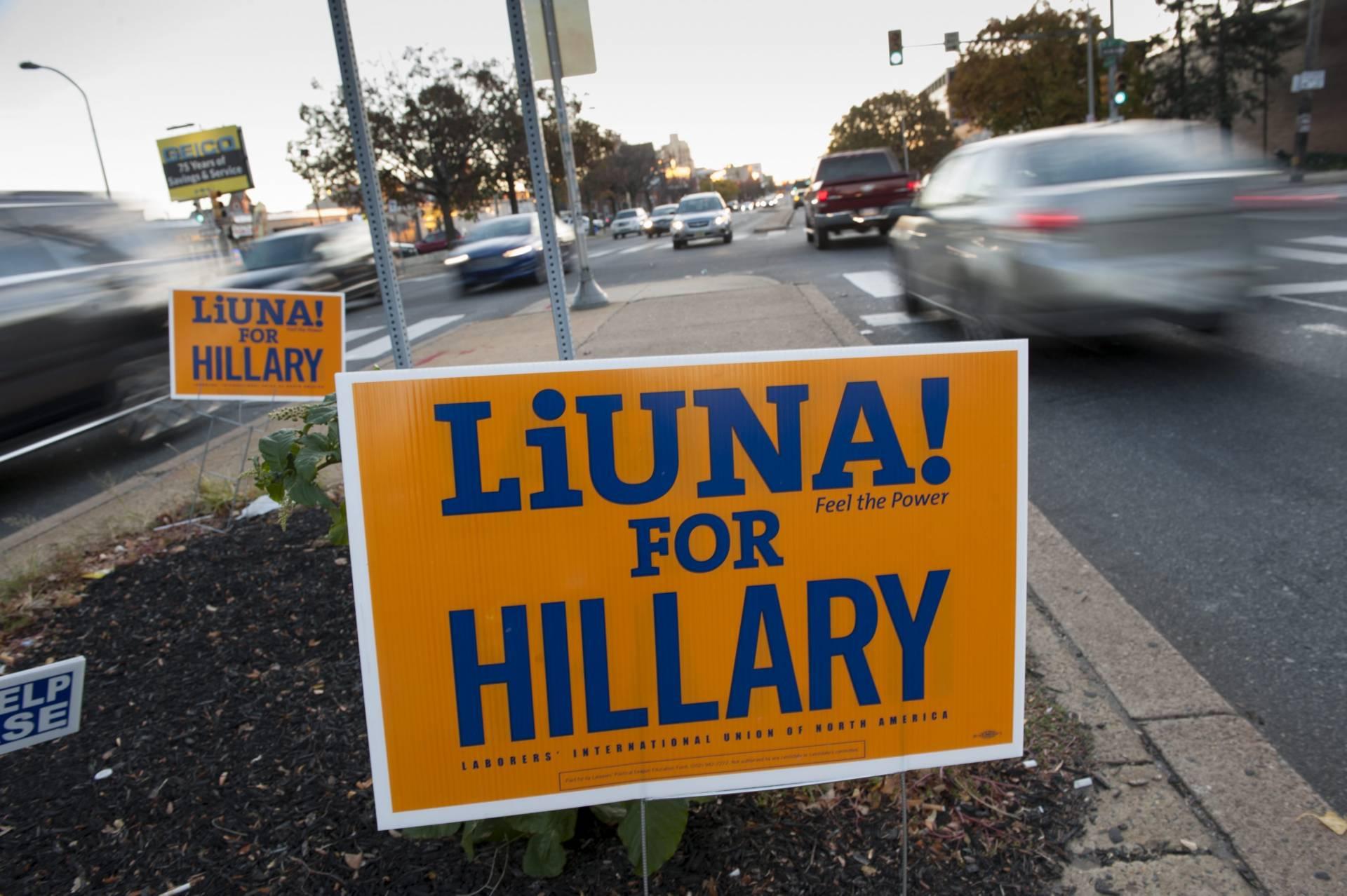 Vista de un cartel en apoyo a la candidata demócrata a la Presidencia Hillary Clinton antes de la apertura de los colegios electorales en Filadelfia. EFE