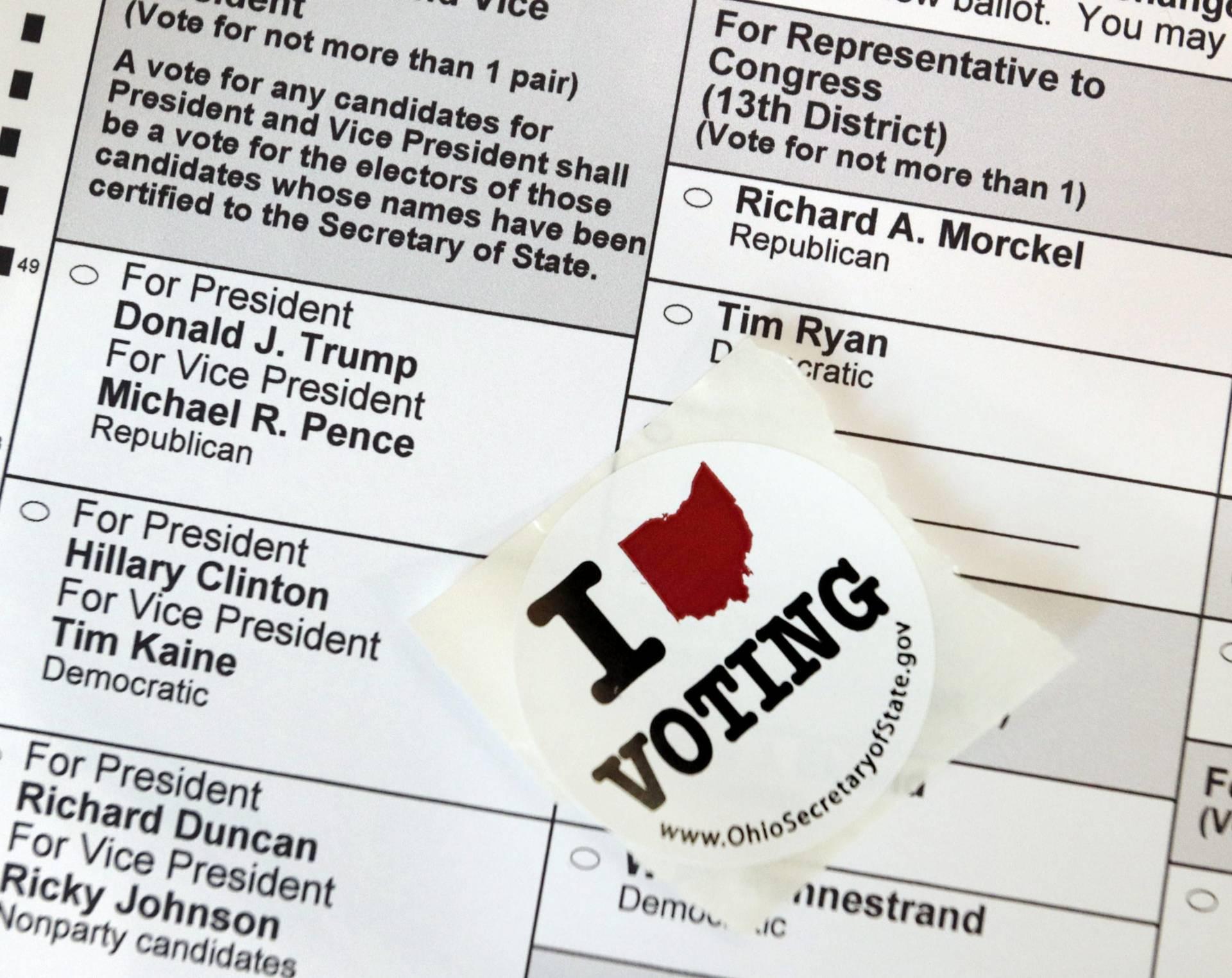"""Vista de una papeleta sin rellenar, con una pegatina encima en la que se lee """"I love voting"""". EFE"""