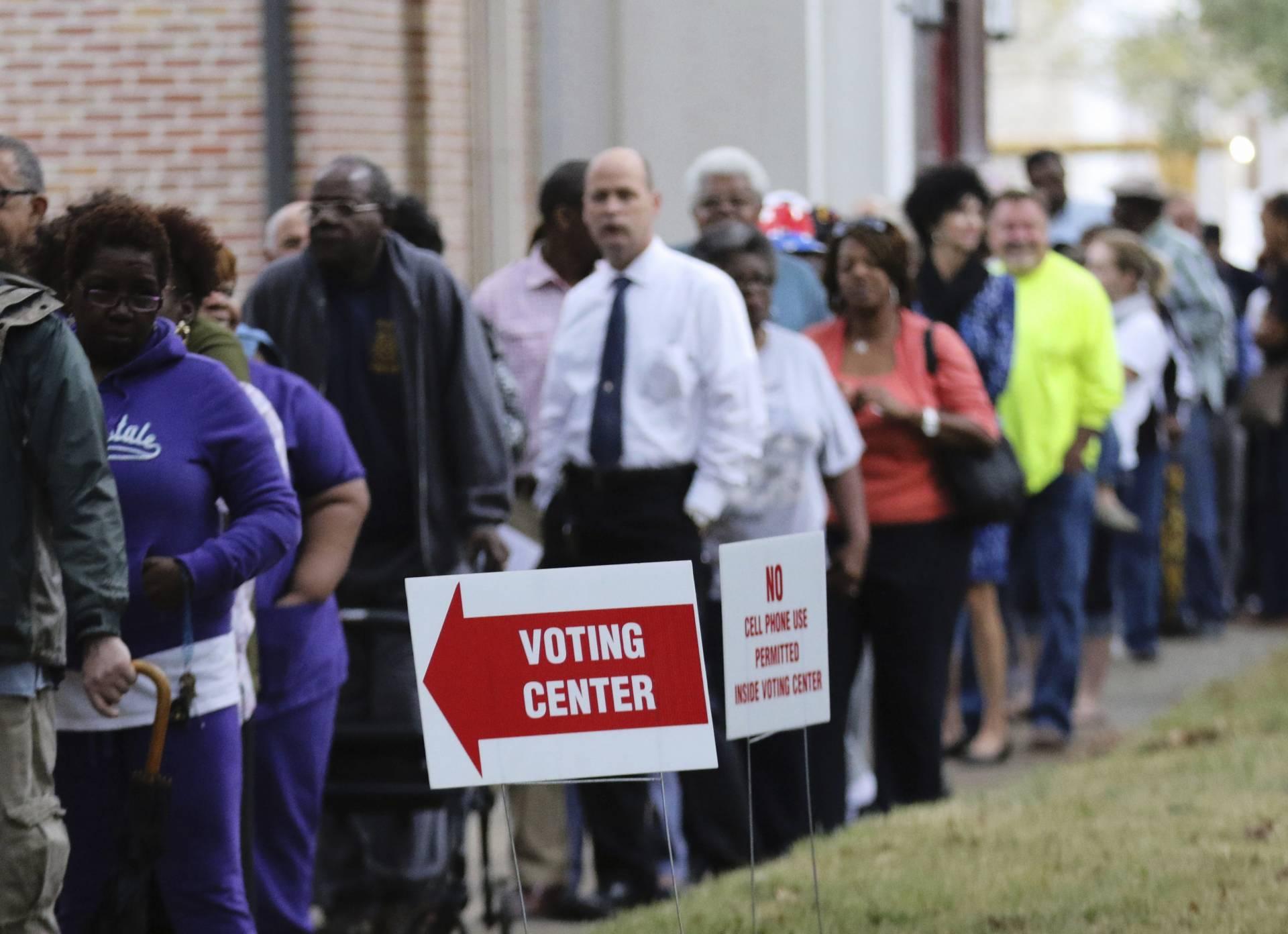 Varias personas esperan su turno para ejercer su derecho al voto en un colegio electoral durante la jornada de elecciones presidenciales en Mobile (Alabama). EFE