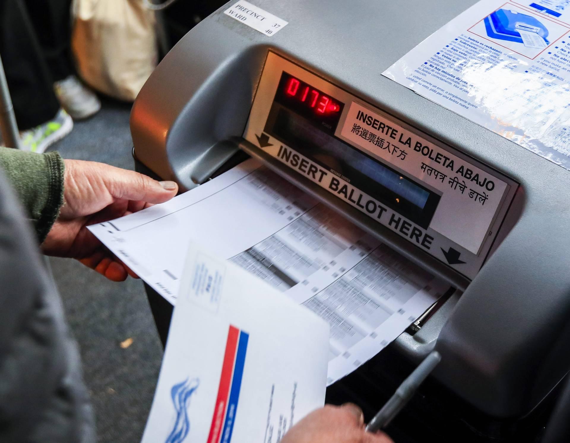 Un votante deposita su voto en la urna en la cafetería Pressure Billiards en Chicago de Illinois, Estados Unidos. EFE