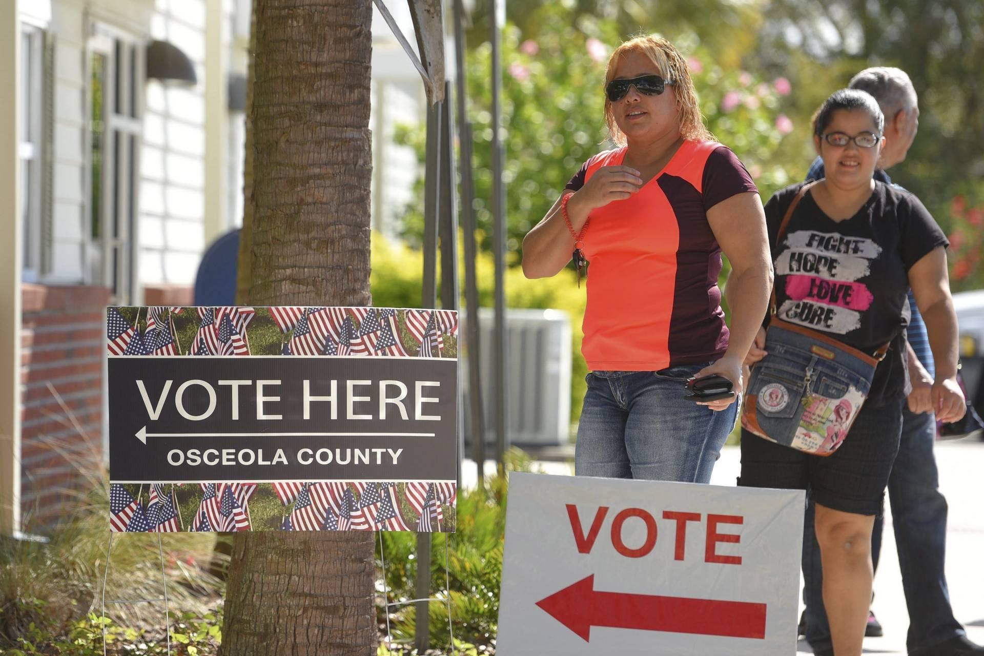 Votantes llegan para ejercer su derecho a voto en el centro comunitario Robert Guevara en Kissimmee, en Florida. EFE