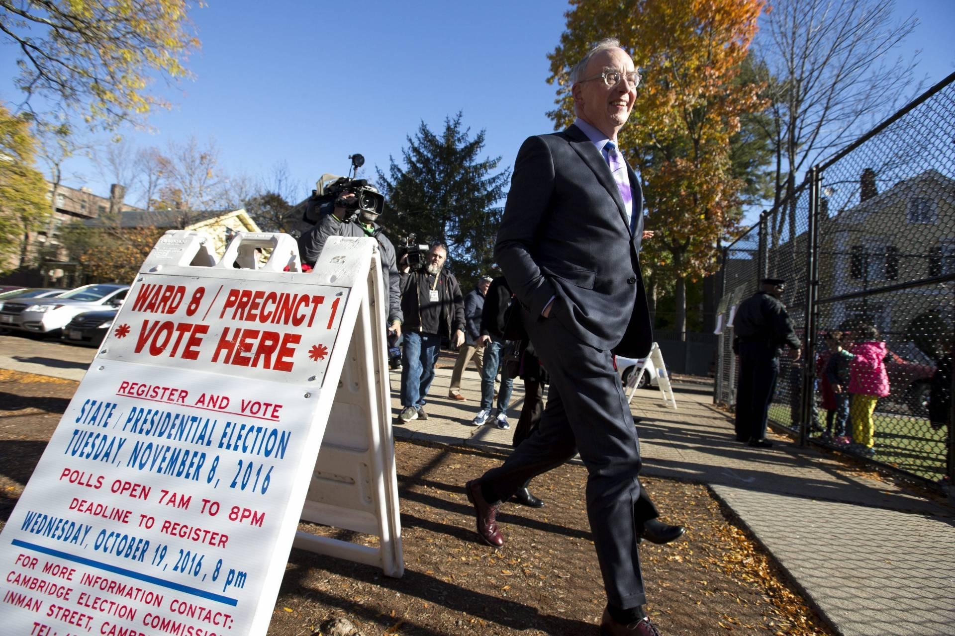 Bruce Mann, profesor de la Universidad Harvard Law School y marido de la senadora de Massachusetts, Elizabeth Warren, acude a votar. EFE