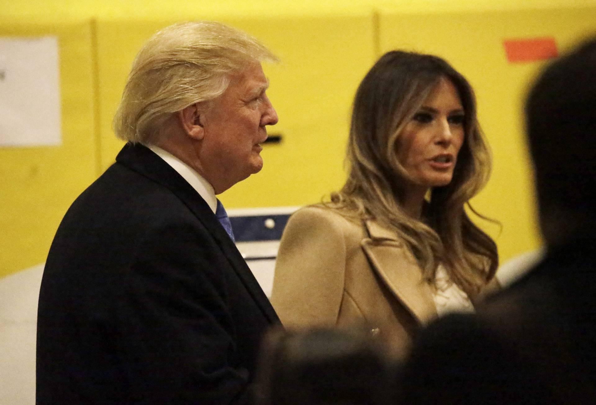 Donald Trump y su mujer Melania a su llegada al centro electoral para depositar su voto. EFE