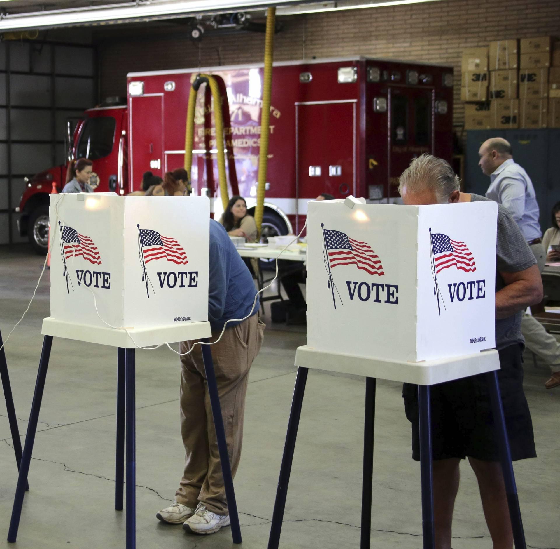 Ciudadanos estadounidenses votan en un colegio electoral durante la jornada de elecciones presidenciales en Fairfax (Virginia). EFE