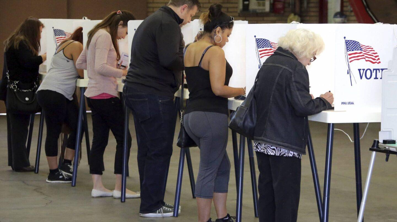 Varias personas ejercen su derecho al voto en la Estación de Bomberos durante la jornada de elecciones presidenciales en EEUU.