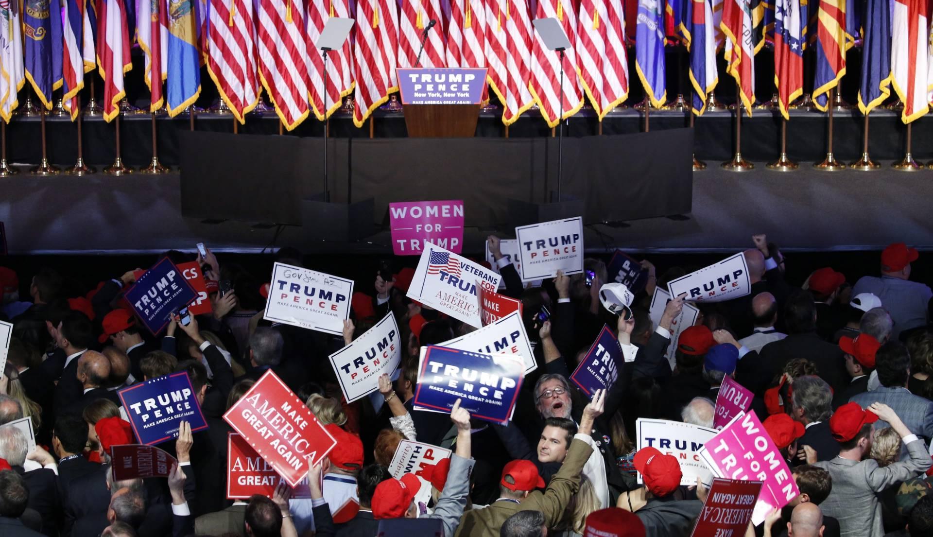 Seguidores de Donald Trump celebran la previsible victoria del candidato republicano a la presidencia de EEUU.