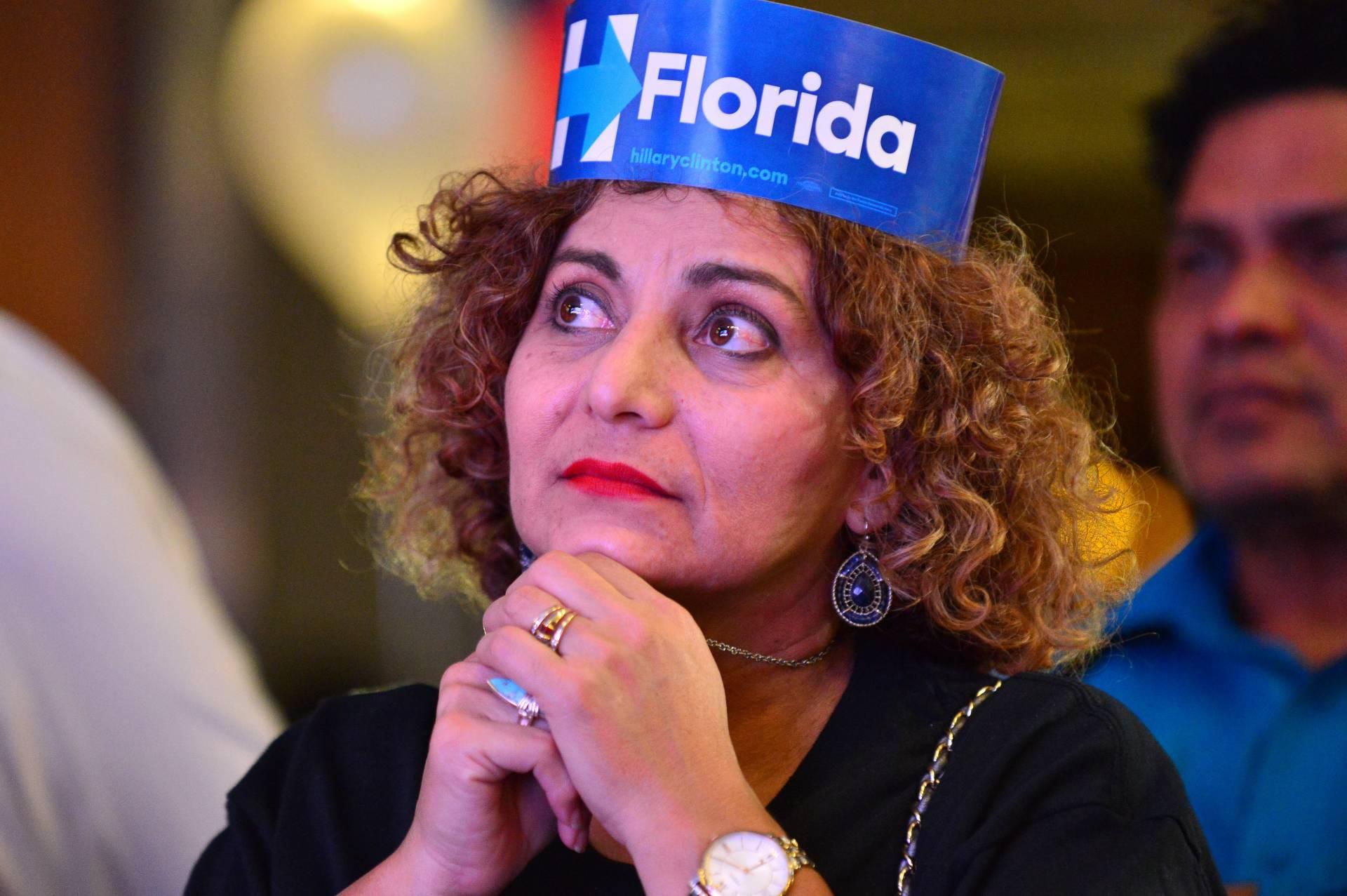 Una seguidora de Hillary Clinton en Florida sigue con gesto serio el escrutinio.