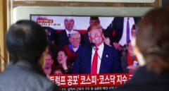 Dos personas, en Corea del Sur, ven por televisión un mítin de Donald Trump.