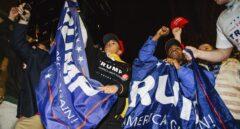 Seguidores de Donald Trump celebran la victoria ante el hotel de Nueva York donde compareció ya como presidente electo.