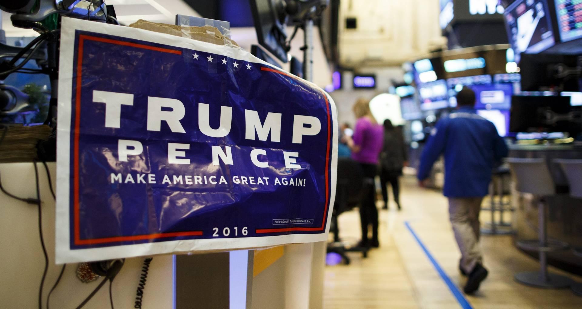 La sala de negociación de Wall Street, con un cartel de la candidatura republicana liderada por Donald Trump.