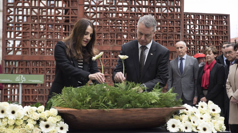 La presidenta de la Cámara, Bakartxo Tejeria, y el lehendakari, Íñigo Urkullu, durante el acto celebrado con motivo de la celebración del Día de la Memoria a las víctimas de la violencia.