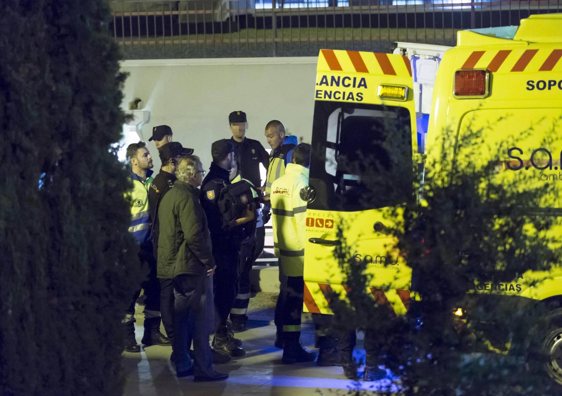 Los servicios sanitarios atienden a los agentes heridos tras la fuga en el CIE de Sangonera la Verde.