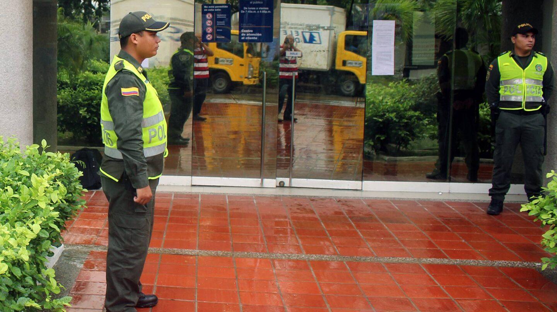 Policias custodian la sede de Electricaribe