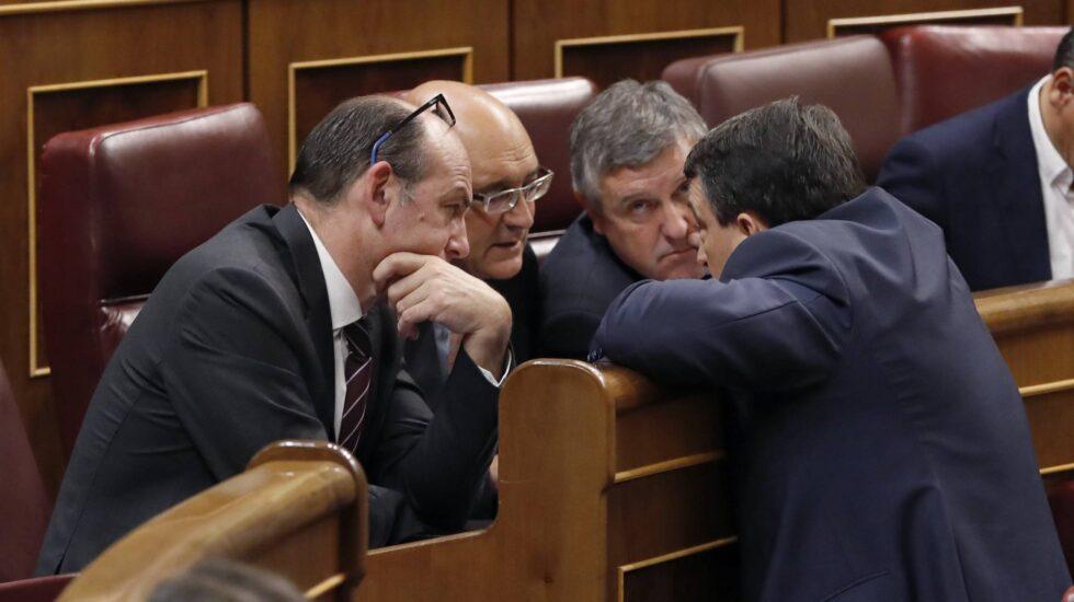 El portavoz del PNV, Aitor Esteban (d), conversa con diputados de su grupo, en el pleno del Congreso de los Diputados.