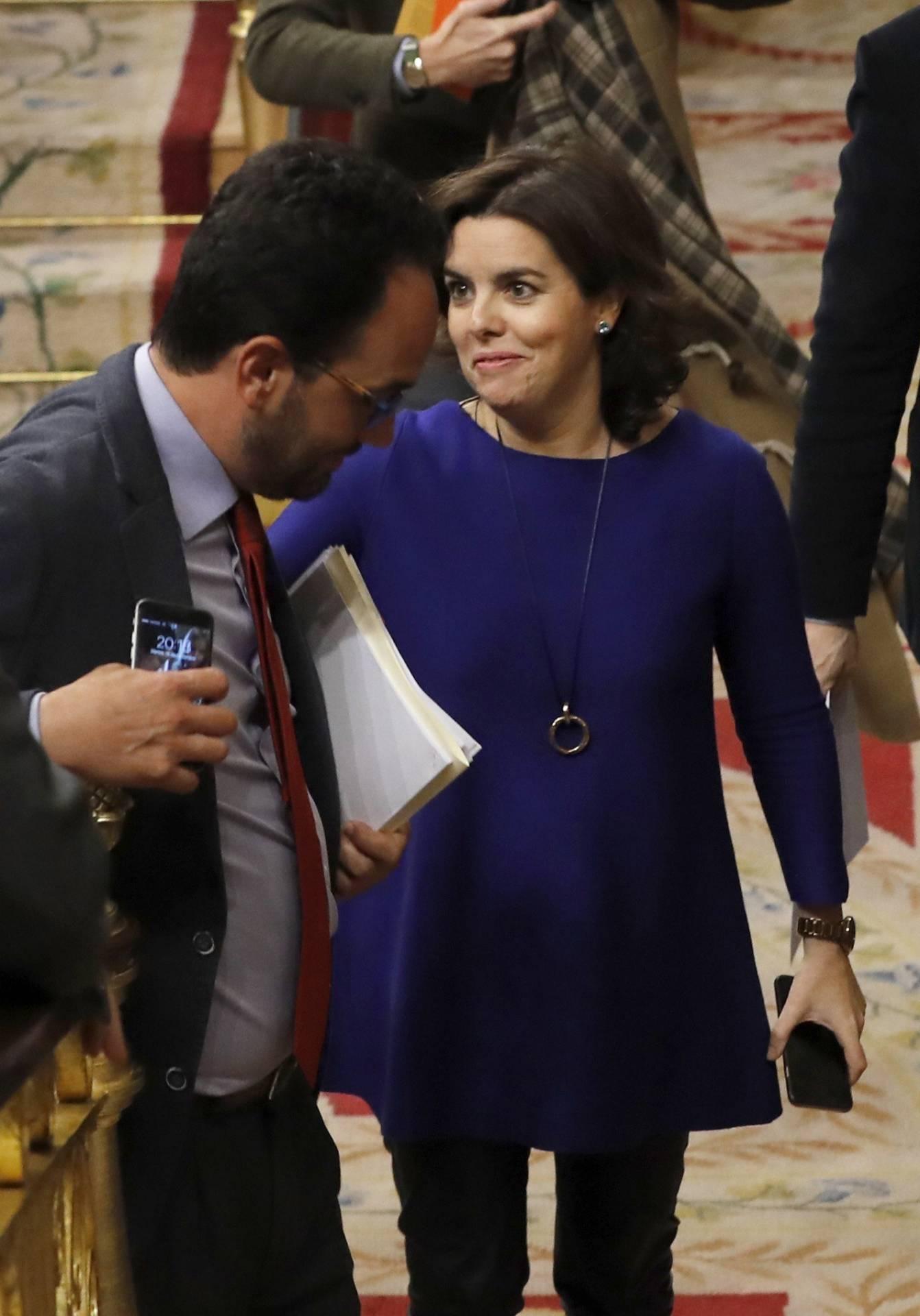 La vicepresidenta del Gobierno, Soraya Sáenz de Santamaría, junto al portavoz socialista, Antonio Hernando.