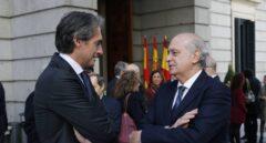 El ex ministro del Interior, Jorge Fernández Díaz, conversa con el ministro de Fomento, Íñigo de la Serna.