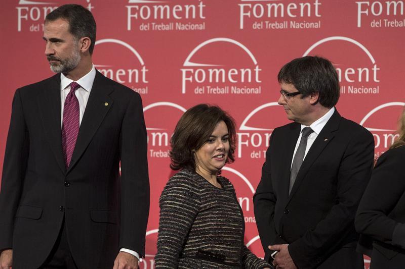 El Rey Felipe, Soraya Sáenz de Santamaría y Carles Puigdemont.
