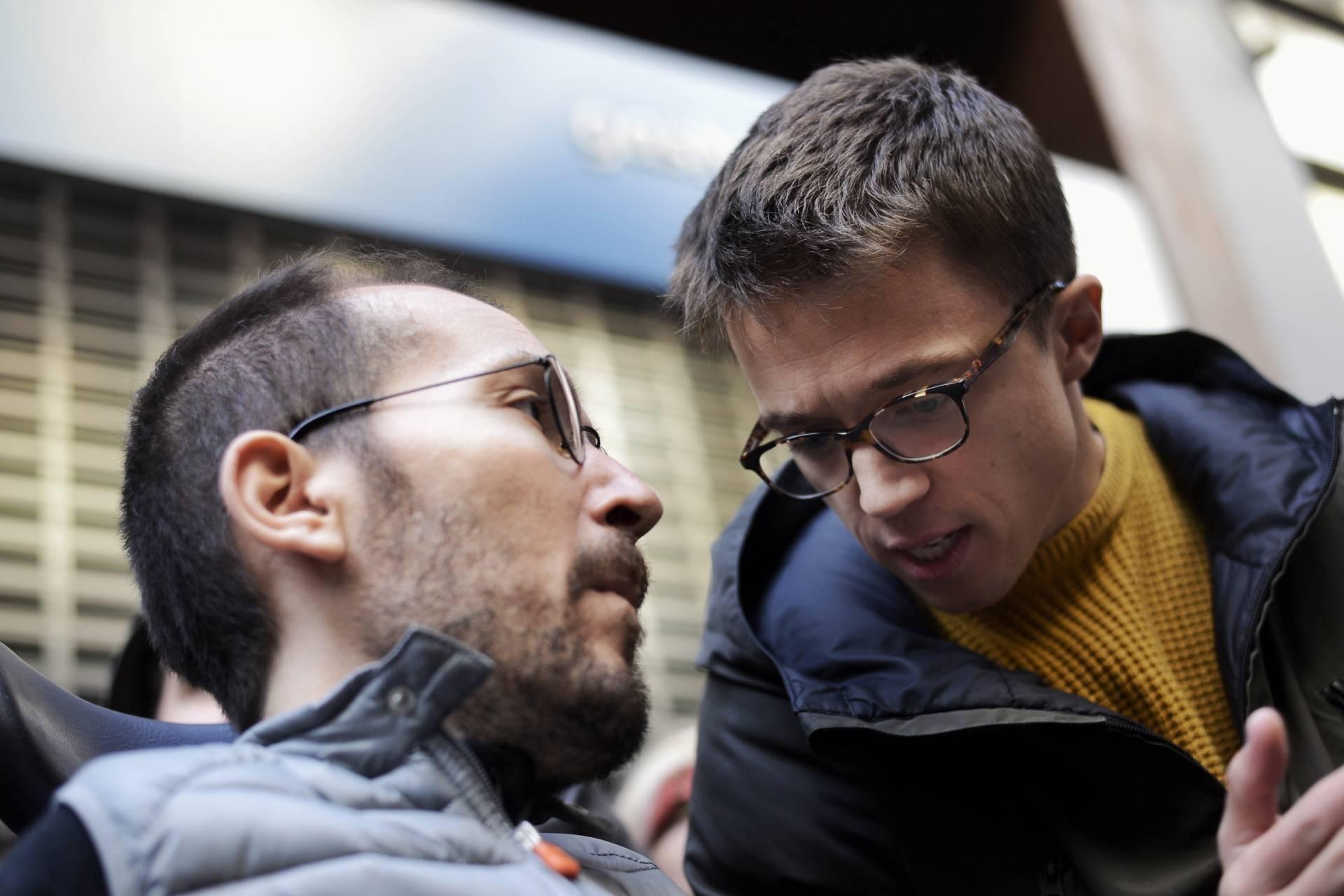 Pablo Echenique e Íñigo Errejón conversan, este sábado, durante un acto de protesta contra la pobreza energética.