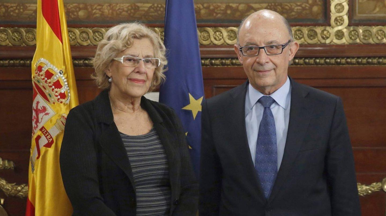 La alcaldesa de Madrid, Manuel Carmena, junto al ministro de Hacienda, Cristóbal Montoro.