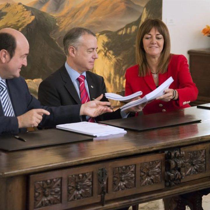 Andoni Ortuzar, Iñigo Urkullu e Idoia Mendia, durante la firma de acuerdo.