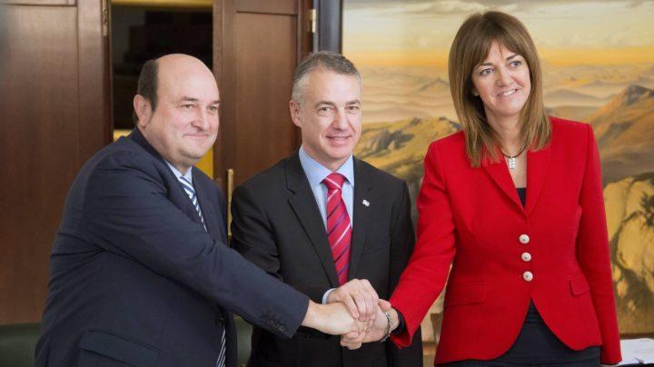 El presidente del PNV, Andoni Otuzar, el lehendakari en funciones, Iñigo Urkullu, y la secretaria general del PSE-EE, Idoia Mendia, tras firmar el acuerdo.