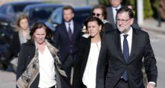 Mariano Rajoy, acompañado por María Dolores de Cospedal (c), y su esposa Elvira Fernández, a su llegada al Tanatorio Municipal de Valencia.