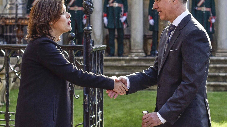 El lehendakari Iñigo Urkullu, saluda a la vicepresidenta Soraya Sáenz de Santamaría, tras jurar su cargo.