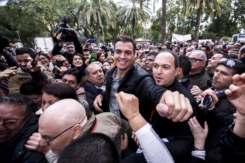 Pedro Sánchez, con militantes en Xirivella.