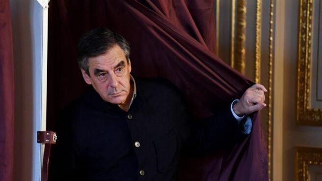 El candidato de Los Republicanos, François Fillon, se dispone a votar en las primarias.