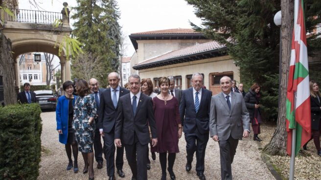 El lehendakari, Íñigo Urkullu, junto a los 11 consejeros del Gobierno Vasco, durante el acto de toma de posesión.