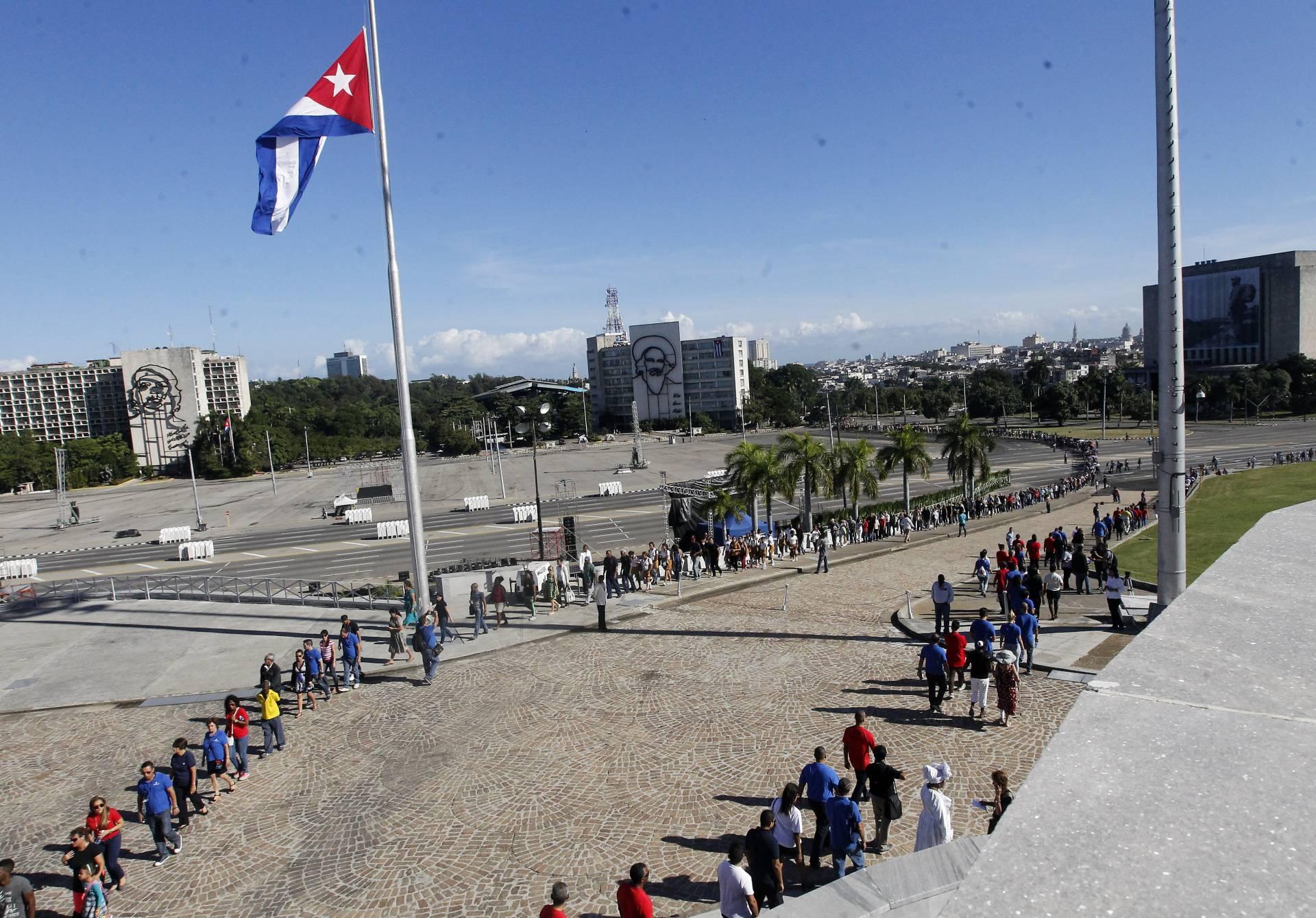 Largas colas para rendir homenaje al líder cubano.