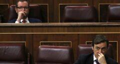 Rafael Hernando y Javier Maroto, en sus respectivos escaños.