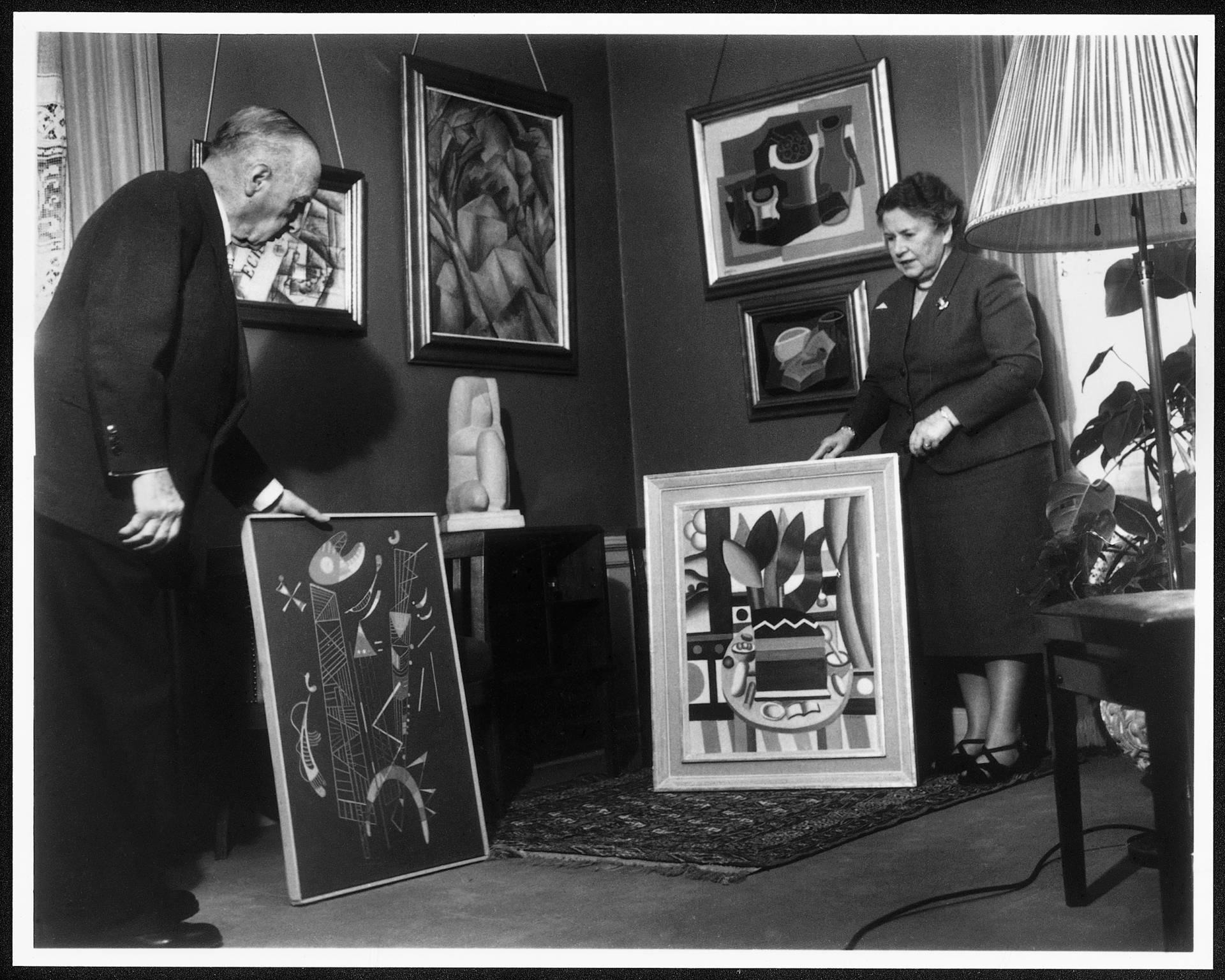 Hermann y Magrit Rupf, con algunos de los cuadros de su valiosa colección.