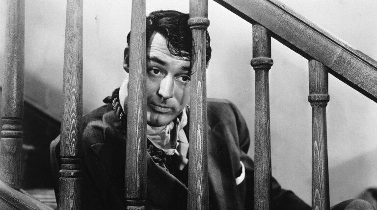 Cary Grant en una escena de Arsénico por compasión.