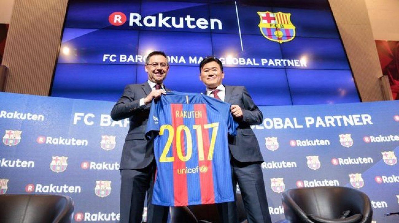 El presidente del Barcelona, Josep María Bartomeu (izq), junto al presidente de Rakuten, Hiroshi Mikitani, en la firma del acuerdo.