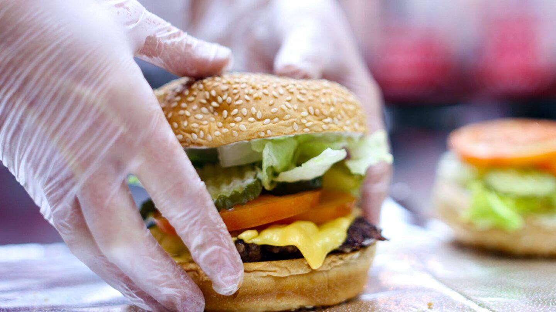 Las hamburguesas de Five Guys se envuelven en papel de aluminio y de estraza para que mantengan temperatura y calidad.