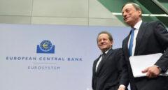 El presidente del Banco Central Europeo, Mario Draghi, (izq) junto al vicepresidente de la entidad, Vitor Constancio.