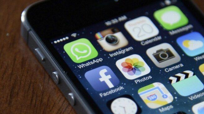 Las aplicaciones de Whatsapp y Facebook en el teléfono móvil de un usuario.