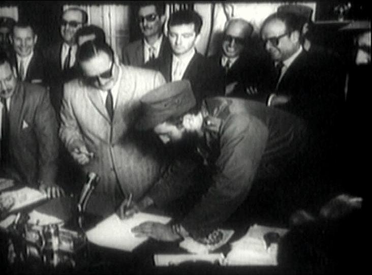 Fidel Castro firma como primer ministro