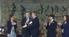 El presidente de Clece, Cristóbal Valderas Alvarado, recoge el galardón de manos del presidente del Gobierno, Mariano Rajoy.