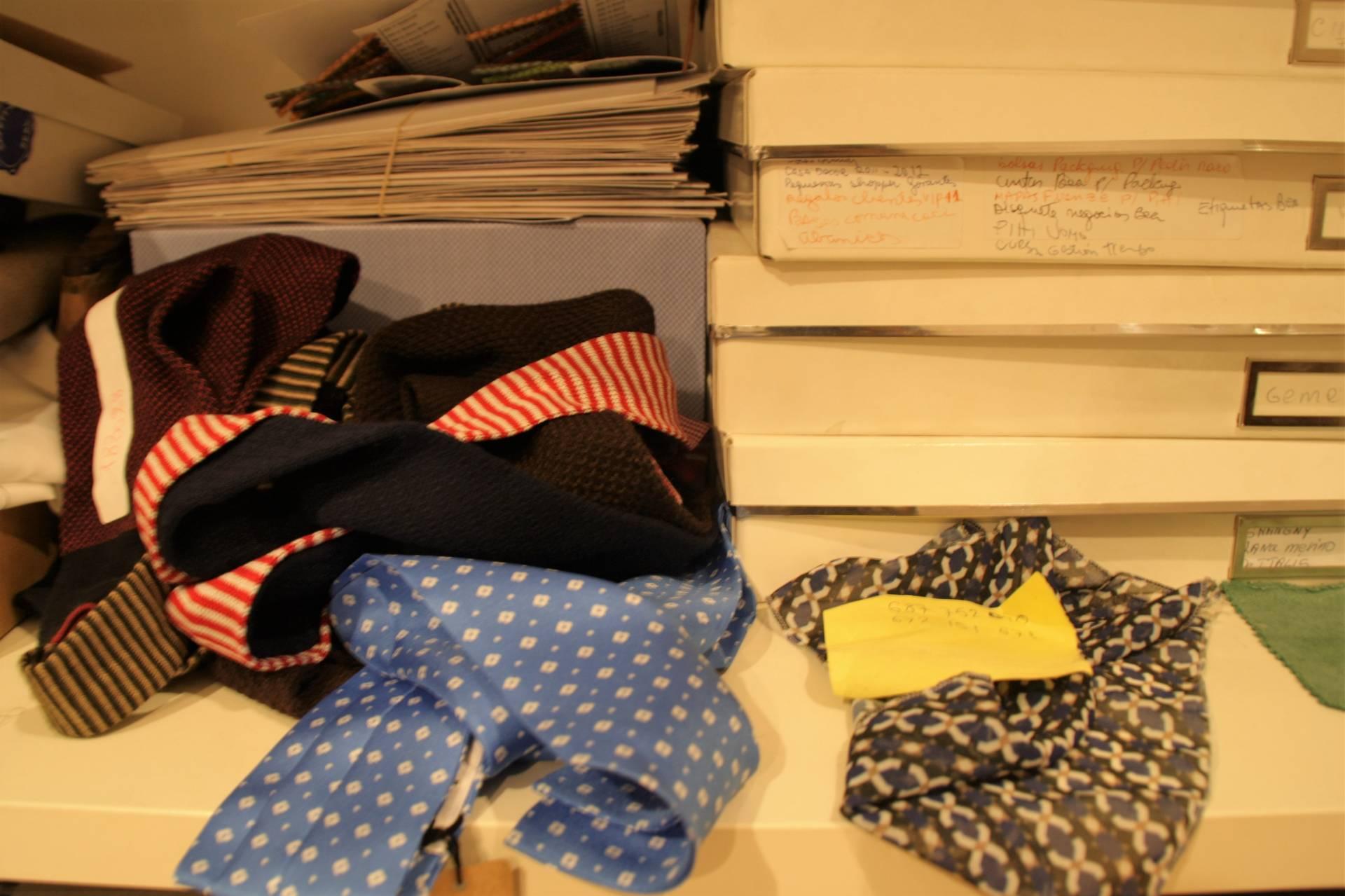 En el estudio de la firma SOLOiO se encuentran todo tipo de apuntes, catálogos y tejidos.