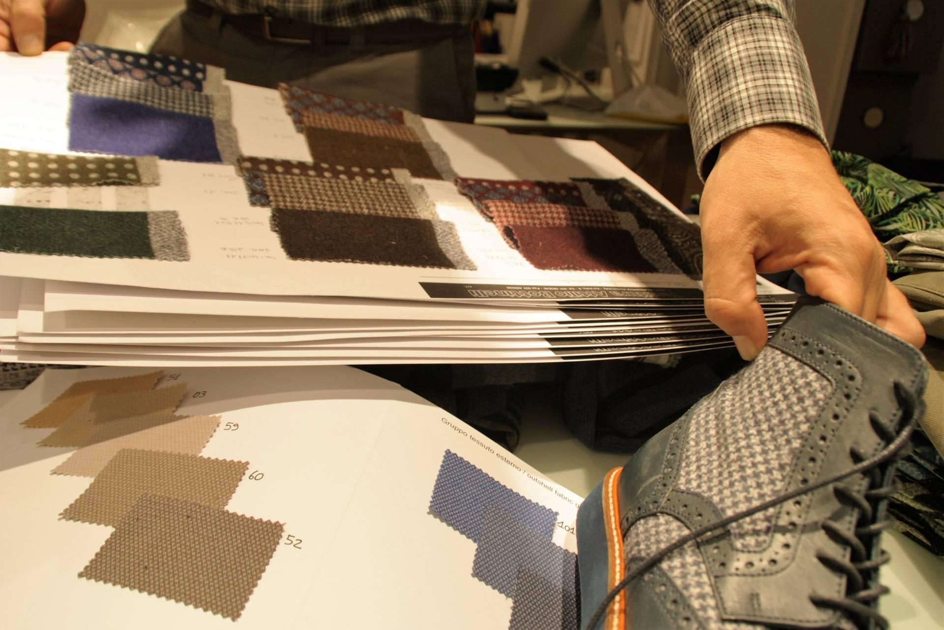 La textura y el color del paño que cubre unas botas sirve de guía a la hora de crear un jersey o una corbata.