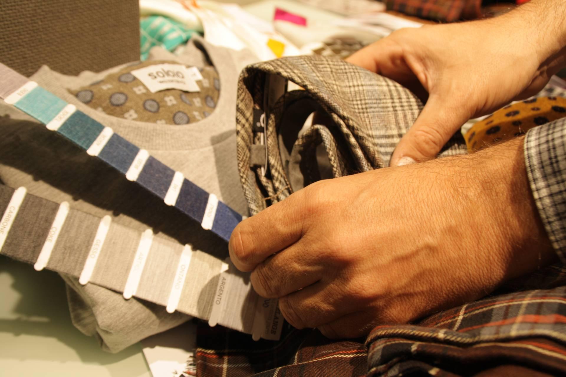 En SOLOiO se eligen hasta las hilaturas con las que serán cosidas las piezas de las corbatas.
