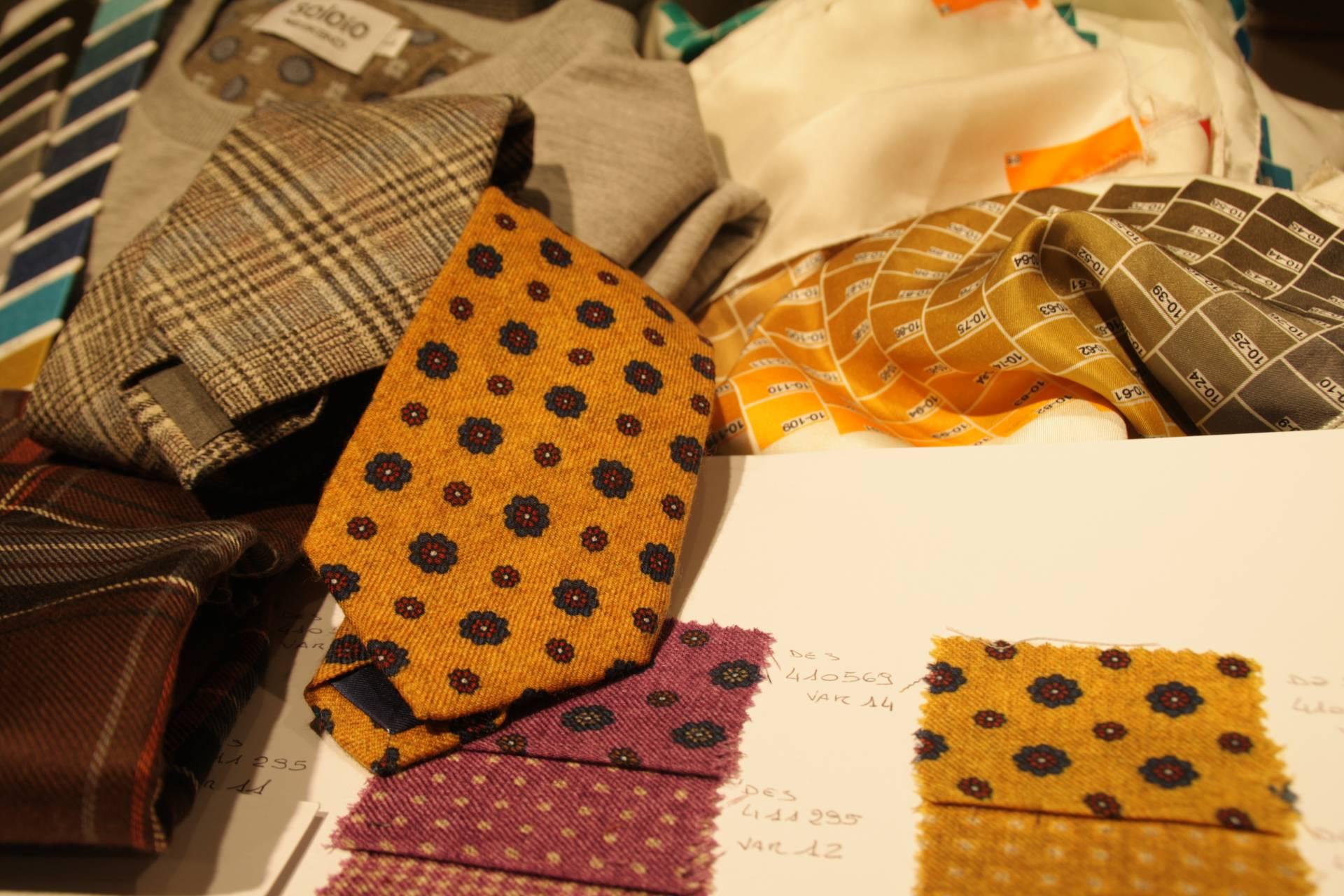 Las corbatas invernales no tienen por qué ser grises o marrones.