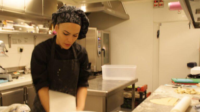 Una cocinera trabaja exclusivamente con las empanadas.