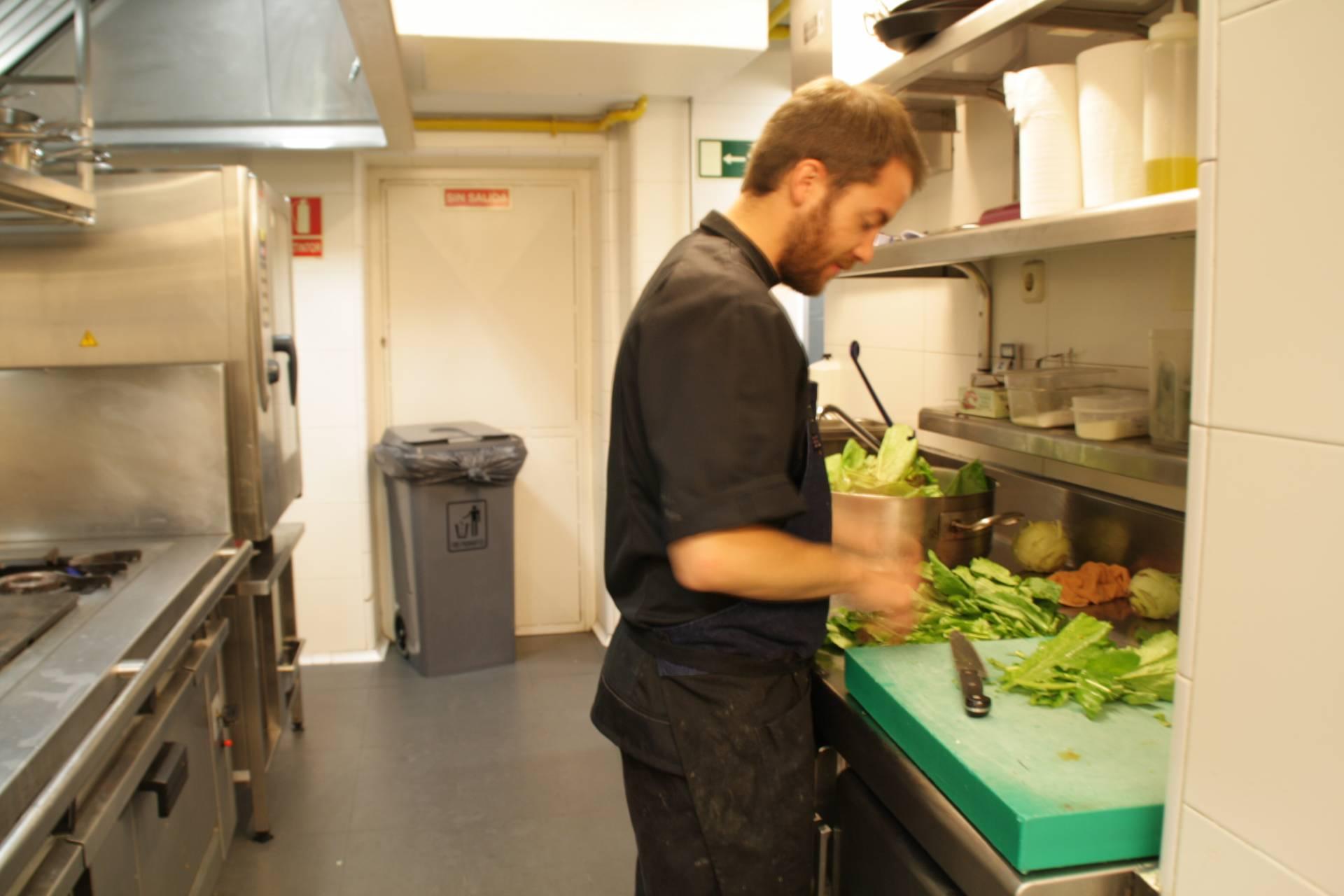Las verduras se cortan cuando van a entrar en la olla.