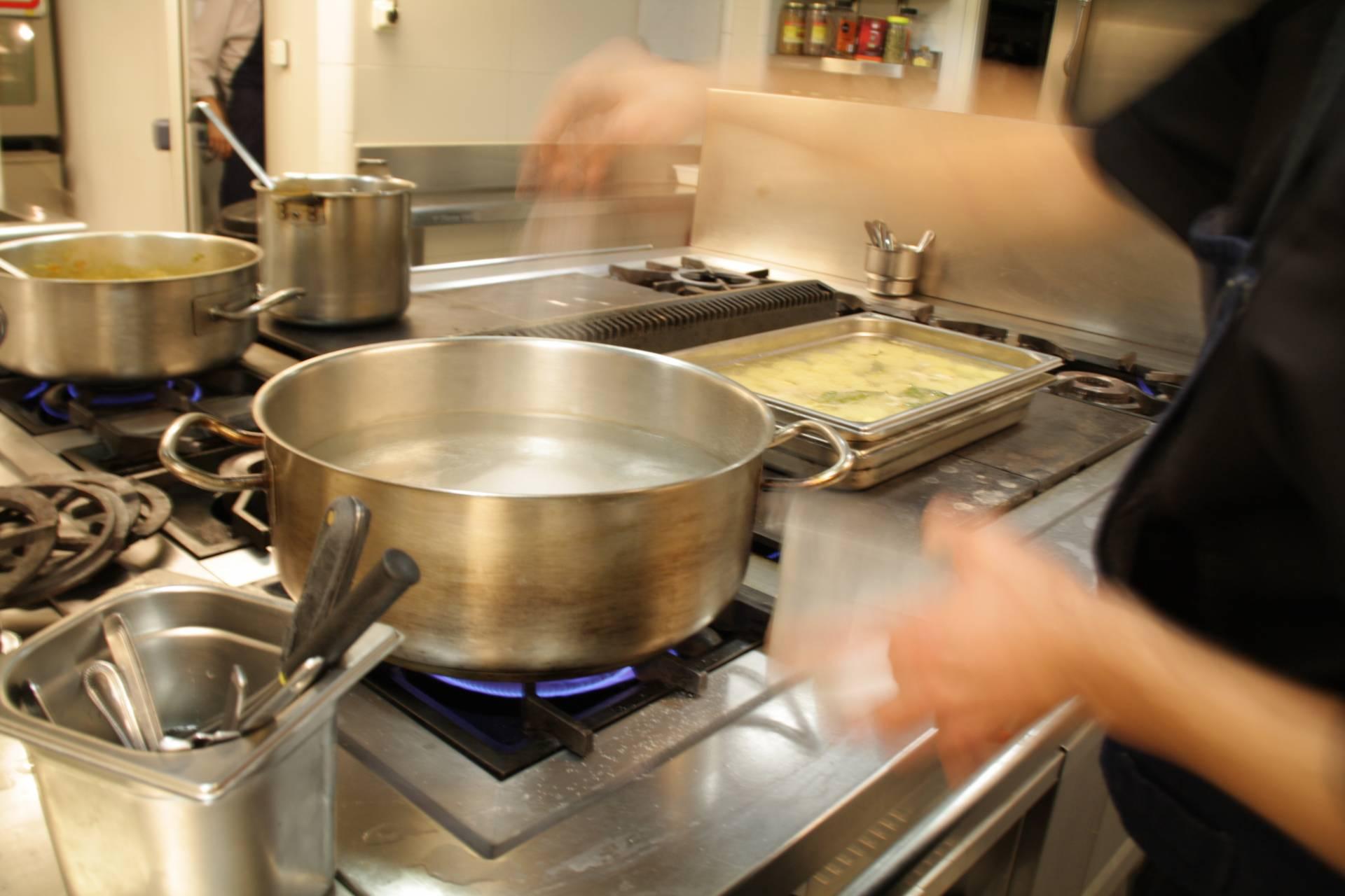 Agua hirviendo para cocer las verduras de la mañana.