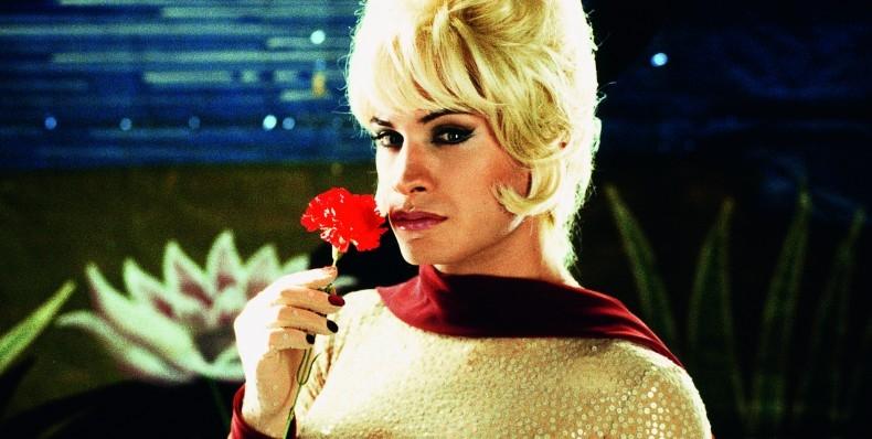En 'La mala educación' (2004) Almodóvar pasa del cine femenino al homosexual.